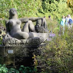 Stein - Skulptur liegende nackte Frau in der Hamburger Grünanlage Planten un Blomen - Ludwig Kunstmann, ca. 1950.