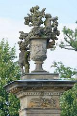 Steinvasen / Deckelvasen mit Blumendekor und Putten - Säulendekoration am Eingangsportal zum Rheinsberger Schlossgarten.