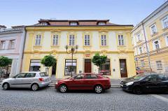 Restauriertes Wohnhaus / Geschäftshaus mit Barock-Fassadendekor, Wappen über dem Eingang / Kolin an der Elbe - Tschechische Republik.