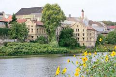 Alte Gewerbegebäude am Ufer der Elbe in Kolin, Tschechien - Fabrikgebäude mit Klinkerfassade / Industriearchitektur.