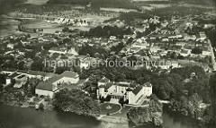 Historische Luftaufnahme von Rheinsberg und dem Rheinsberger Schloss.