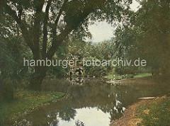 Teichanlage des Zoologischen Gartens am Dammtor - Grotte am Wasser.