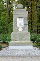 Denkmal im Hain - Sockel der ehem. Jägerskulptur für das Brandenburgische Jägerbataillon Nr. 3; jetzt Gedenkstätte / Mahnmal zur Erhaltung des Friedens - Inschrift Millionen Opfer zweier Weltkriege mahnen zum Frieden.