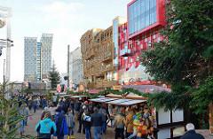Weihnachtsmarkt Santa Pauli - Spielbudenplatz Hamburg St. Pauli - moderne Architektur Tanzende Türme, Hochhaus und Schmidt Theater und Tivoli.