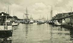 Altes Bild vom Lübecker Hafen - Segelschiffe und Motorschiffe liegen am Kai.