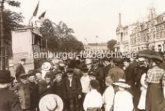 Jungen mit Mütze - Mädchen mit Strohut; Kaspertheater auf dem Spielbudenplatz.