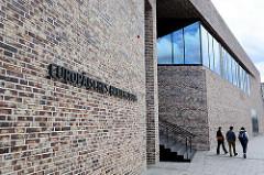 Fassade und Eingang - Europäisches Hansemuseum in der Hansestadt Lübeck - roter Ziegel / Klinkerstein - Architekten: Studio Andreas Heller Architects & Designers, Hamburg