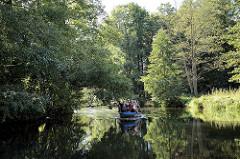 Fliess / Kanal im Spreewald bei Schlepzig - Bäume und Sträucher am Ufer.