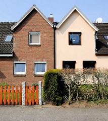 Doppelhaus - Ziegelsteinfassade, Verblendsteine - lachsfarben gestrichene Hausfassade; Wohnhäuser in Herrenwyk, Hansestadt Lübeck.