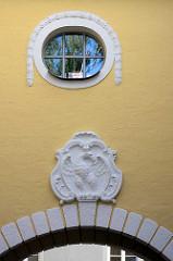 Stuckdekor und Wappen, Fassade vom Schlossgebäude Lübben / Spreewald.