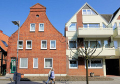 Alt + Neu - historischer Backsteingebäude und Betonneubau - Kurgartenstrasse Lübeck Travemünde.