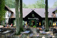 Tische und Bänke im Freien - Gasthaus Wotschofska in Lübenau / Spreewald.