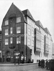 Historische Aufnahme der Davidwache am Spielbudenplatz / Davidstrasse - Strasse mit Kopfsteinpflaster.