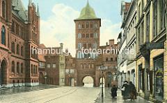 Historische Darstellung vom Burgtor in Lübeck - Fussgänger, Geschäft für Fahrräder und Nähmaschinen.