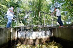 Schleusenwärter öffnen eine Schleuse bei Lübben im Spreewald.
