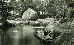 Altes Foto - Fließ im Spreewald, Heuschober auf einer Wiese am Wasser - Holzkahn am Ufer.