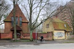 Backsteinmauer und Trauerhalle vom Jüdischen Friedhof in Lübeck Moisling - errichtet 1910, Architekten Carl Hahn und Alfred Runge.