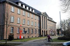 Gebäude / Verwaltungsgebäude vom Wasser- und Schifffahrtsamt Lübeck; denkmalgeschützter Backsteinbau von 1937, ehem. Stabsgebäude der Walderseekaserne.