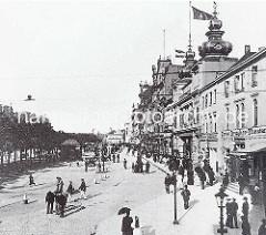 Blick auf den Spielbudenplatz um 1920 -  re. das Ernst Drucker Theater.