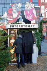 Dicht besetzter Fotoautomat auf dem Weihnachtsmarkt Santa Pauli - Spielbudenplatz Hamburg St. Pauli.