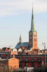 Blick über das Gewerbegebiet am Lübecker Hafen zur St. Jacobikirche - dreischiffige Backsteinhallenkirche, erbaut 1334 - den Seefahrern und Fischern geweiht