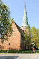Rückseite, Kirchenschiff und Turm der Travemünder St. Lorenzen Kirche; einschiffige Backsteinkirche, ab den 1540 er Jahren errichtet.