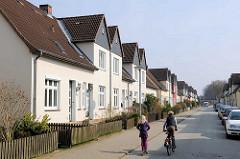 Doppelhäuser mit kleinem Vorgarten - Wohnhäuser in der Eisenstrasse von Herrenwyk, Hansestadt Lübeck.