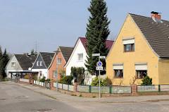 Einzelhäuser mit Satteldach und unterschiedlich gestalteter Hausfassade - Herrenwyk, Hansestadt Lübeck.