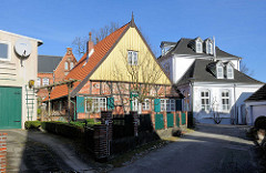 Fachwerkgebäude, mit Holz verkleideter Giebelfront - Lübeck Schlutup.
