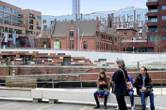 Blick von der Elbpromenade am Magdeburger Hafen zum Gebäude vom Alten Hafenamt / Strom und Hafenbau, Vorgänger der HPA - Hamburg Port Authority; moderne Wohnhäuser, Bürohäuser - Schornstein vom Heizkraftwerk Hafencity.