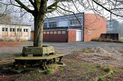 Schulhof mit angrenzender Turnhalle - ehem. Louisenhof-Schule in der Hansestadt Lübeck.