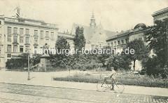 Alte Ansicht vom sogen. Geibelplatz - in der Bildmitte die Skulptur des in Lübeck geborenen Dichters Emanuel Geibel, ein Mann schiebt sein Fahrrad.