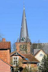 Hausdächer und Kirchturm der St. Andreaskirche in Lübeck Schlutup.