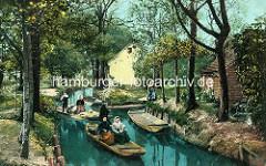 Historische colorierte Ansicht Aus dem Spreewald - in einem Kahn werden Waren transportiert, der andere Bootsführer fährt zwei Frauen - Wohnhäuser an Land.