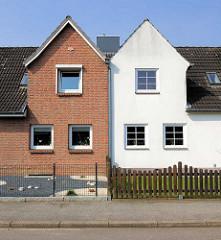 Doppelhaus - Ziegelsteinfassade, Verblendsteine - weisse gestrichene Hausfassade; Wohnhäuser in Herrenwyk, Hansestadt Lübeck.
