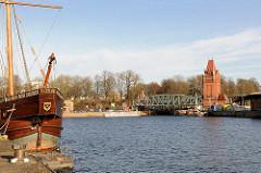 Blick über die Trave / Hafen der Hansestadt Lübeck zur Hubbrücke - lks. am Liegeplatz die Rekonstruktion einer Hansekogge - Lisa von Lübeck.