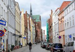 Blick durch die Glockengiesserstrasse in Lübeck - im Hintergrund die Katharinenkirche.