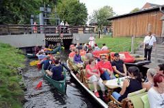 Kanus und Touristenkähne warten in Schlepzig auf die Schleusung.