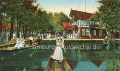 Altes Foto vom Gasthaus Wotschofska im Spreewald bei Lübbenau - Holzkähne und Frauen in Spreewälder Tracht; Ausflügler an Land.