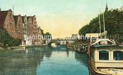 Alte Ansicht der Trave in der Hansestadt Lübeck - in der Bildmitte die Holstenbrücke, lks. die historischen Salzspeicher, re ein Bootsanleger.