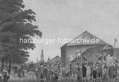 Spielbudenplatz mit Holzhäusern um 1800, Familien mit Kindern - im Hintergrund der Kirchturm der Michaeliskirche und die Flügel der Windmühle im Alten Elbpark.