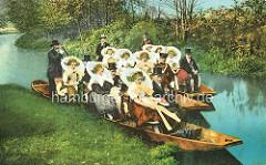 Altes Bild einer Hochzeitsgesellschaft in zwei Kähnen auf dem Wasser - Frauen in Tracht mit Blumen - Männer im Anzug und Zylinder.