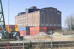 Alte Industriearchitektur - Speichergebäude an der Trave in Lübeck Kücknitz.