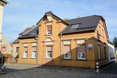 Backsteingebäude mit Stuckdekor - Wohnhaus in der Langen Strasse von Lübbenau / Spreewald.