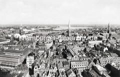 Historische Luftaufnahme der Hamburger Altstadt - lks. unten Bankgebäude Bei der Alten Börse und die Strasse Brodschrangen die zum Rathausmarkt führt. In der Bildmitte die St. Petri-Kirche und re. der Turm der Jacobikirche, dahinter die Binnenalst