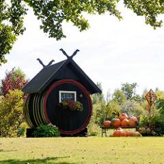 Ehem. grosses Holzfass / Gurkenfass als Haus umdekoriert - Kürbisse zur Herbstdekoration.