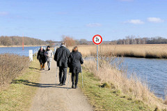 Naturschutzgebiet Schellbruck - Niederung an der Untertrave bei Lübeck - SpaziergängerInnen am Wasser.