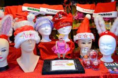 Verkaufsstand auf dem Weihnachtsmarkt in Hamburg St. Pauli - Santa Pauli - Weihnachsmützen mit Aufschrift.