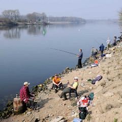 Angler an der Trave bei Lübeck Kücknitz.