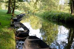 Lauf der Hauptspree zwischen Wiesen bei Lübbenau - Holzkähne sind mit Ketten am Ufer festgemacht.